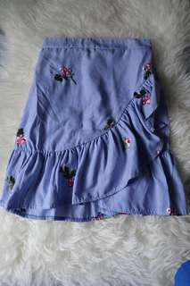 Ruffle skirt with floral accent in blue