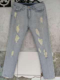 Jeans warna biru telor asin