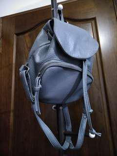 灰色小後背包