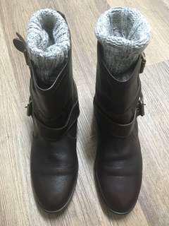 高雄漢神百貨買的台灣品牌GREEN PINE真牛皮筒靴,深咖啡色,8號=24號,類似凱莉靴(僅穿過一次,一直收著)原價6000(不含勃肯襪)