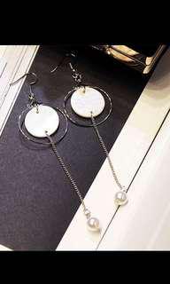 🚚 簡約貝殼片珍珠 鋼針垂吊式耳環