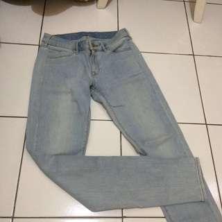 Jeans biru muda Uniqlo