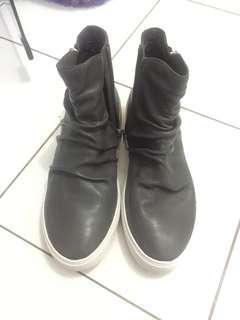 Sepatu staccato high
