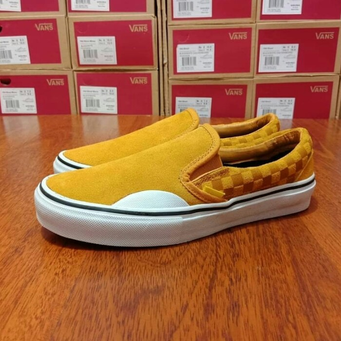 d4e57dc215f63b VANS SLIP ON PRO HAIRY SUEDE BANANA CHECKERBOARD