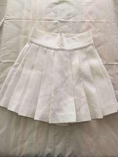 Rok celana putih berplit