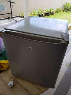 Mini bar fridge (peti sejuk)