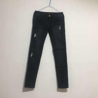 黑色刷破牛仔褲