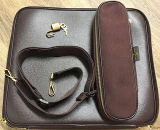 Louis Vuitton laptopcase 路易威登LV筆電17吋以內電腦包作品簡報背包,實用可拆可調活動背帶,這價位是買背帶送包包配件嗎?