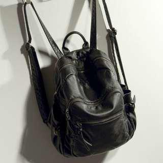 🚚 韓版黑色皮質後背包