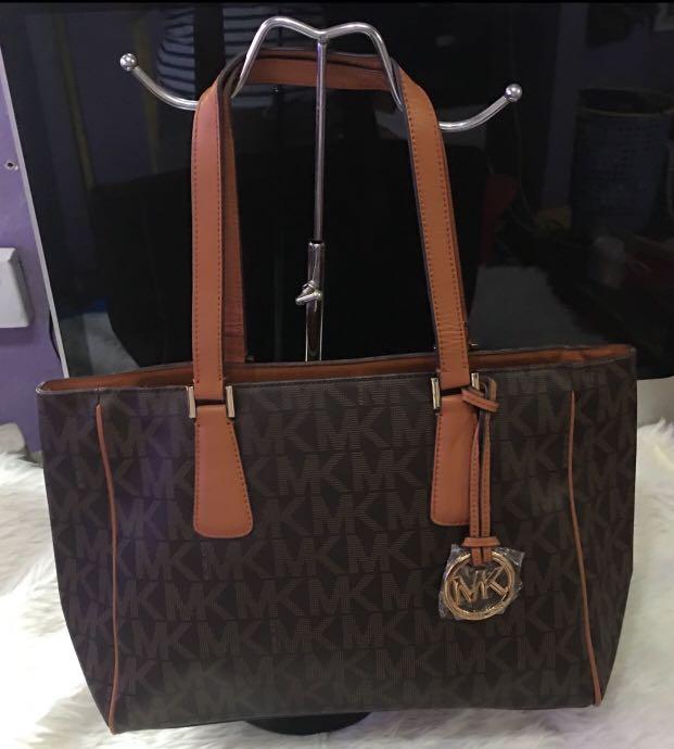 SAle‼️Michael Kors tote bag with mine flaw the handle slighthy ... 6af2914ad6423