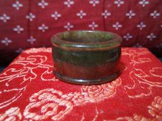 天然油青翡翠玉戒附錦盒(直徑約2.2公分寬約1.4公分)