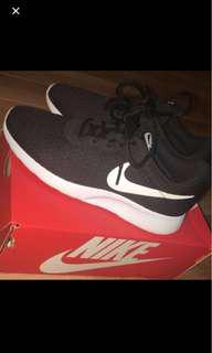 Woman's Nike Tanjun Size 7.5