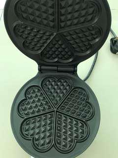 Compact round waffle maker