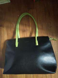 Tolblanc leather bag with stylish green handles