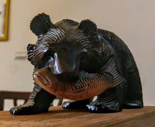 🚚 日本北海道 杉木雕 黑熊叼魚
