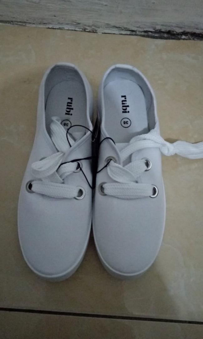 Sepatu Putih RUBI