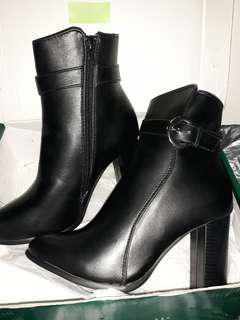 Sepatu angkle boot