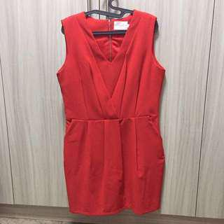 SOLLEL PLEATED SHIFT DRESS IN RED