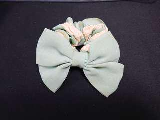 淡綠色蝴蝶結頭繩/髮圈 Pale green bow scrunchie / hair band