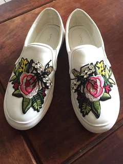 VNC White Embroidery Shoe