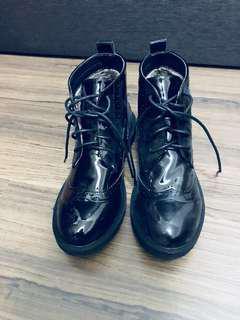 🚚 全新漆皮牛津雕花內絨毛馬丁 靴