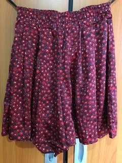 Uniqlo bawahan/skort/rok celana motif bunga merah