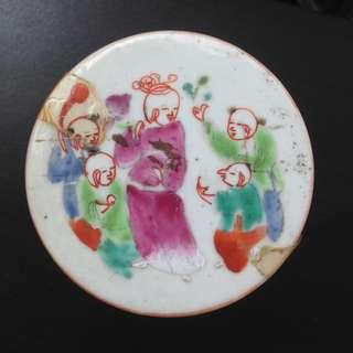A Qing famille rose overglazed porcelain box with fortuner countier design.