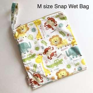 Our wet bag is made with heat sealed seams, not sewing seams, no water leakage , no wicking