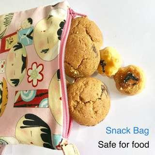 Our snack bag/wet bag is made with heat sealed seams, not sewing seams, no water leakage , no wicking. 🍩🍿 Food Grade inner lining, safe to be in contact with food directly. Reusable Machine Washable