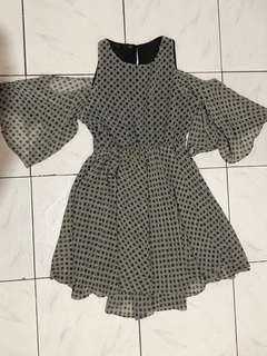 Dress with flouncy sleeves