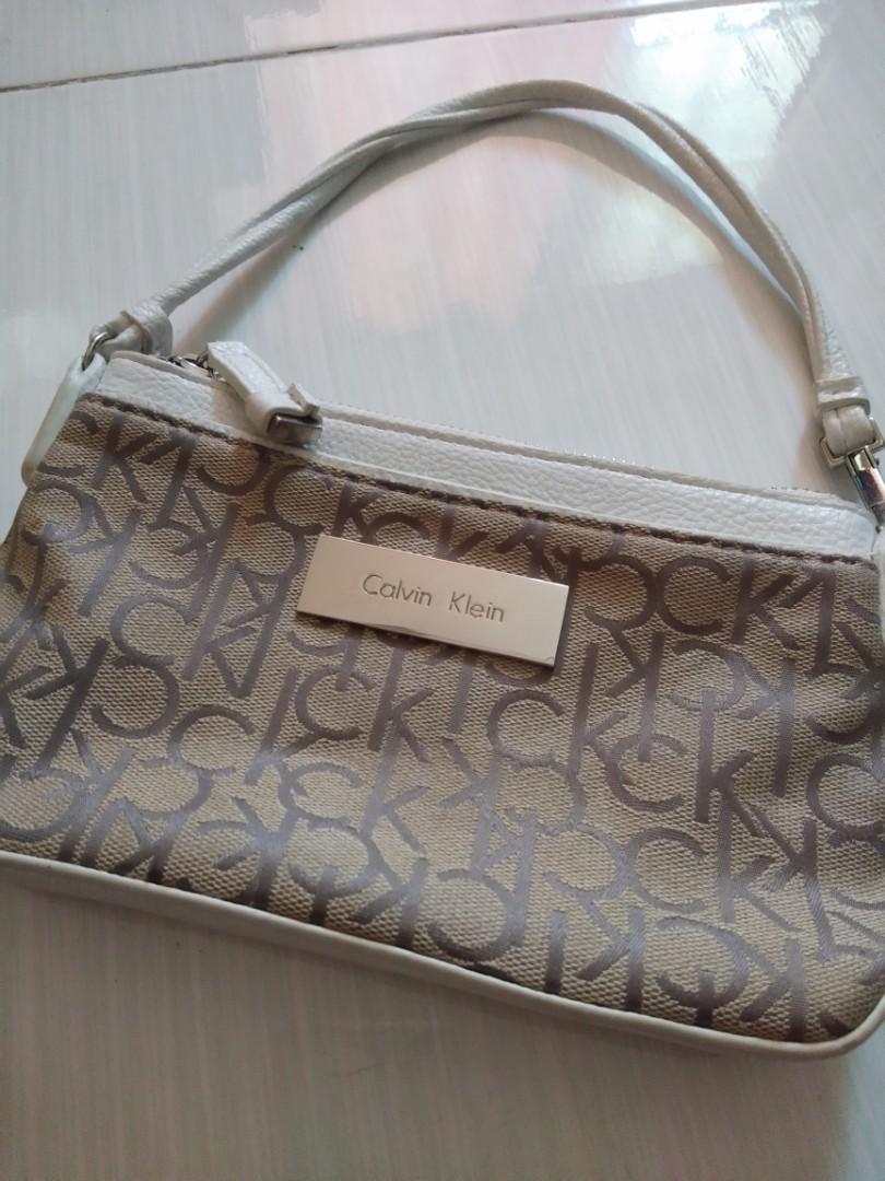 d2e7fa139d7 Calvin Klein wristlet, Women's Fashion, Bags & Wallets on Carousell