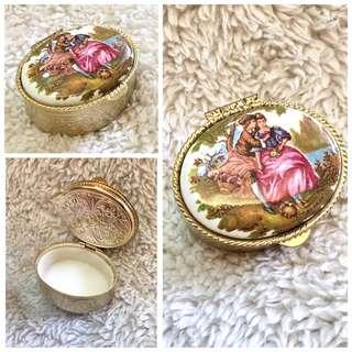 (Italy) Victorian Couple Oval-Shaped Small Trinket/Pill Case
