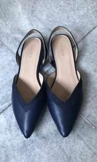Navy pointed shoes