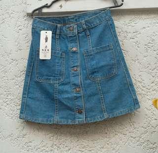 Trendy Denim Skirt (buttoned)