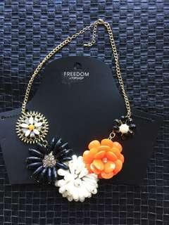 TOP SHOP Freedom Flowers necklace