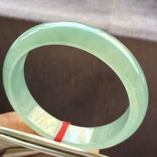 冰糯果綠底正圈手鈪,通透起光,種老完美,高品質嘅大圈口。size:61-14.3-8mm,結緣價:17000 (天然翡翠玉石難免會有石棉,礦粒,石紋,色根等天然現象)保證天然A貨,非A包退💪🏻💪🏻包出證書(細證160)。 (請注意Samsung嘅電話睇相顔色方面會鮮色的,一切以實物為準!可以睇現貨😍😍,同埋因爲工作嘅關係時間就要大家夾,請見諒!)