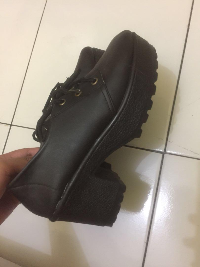 Sepatu wedges hitam seperti boots wanita murah