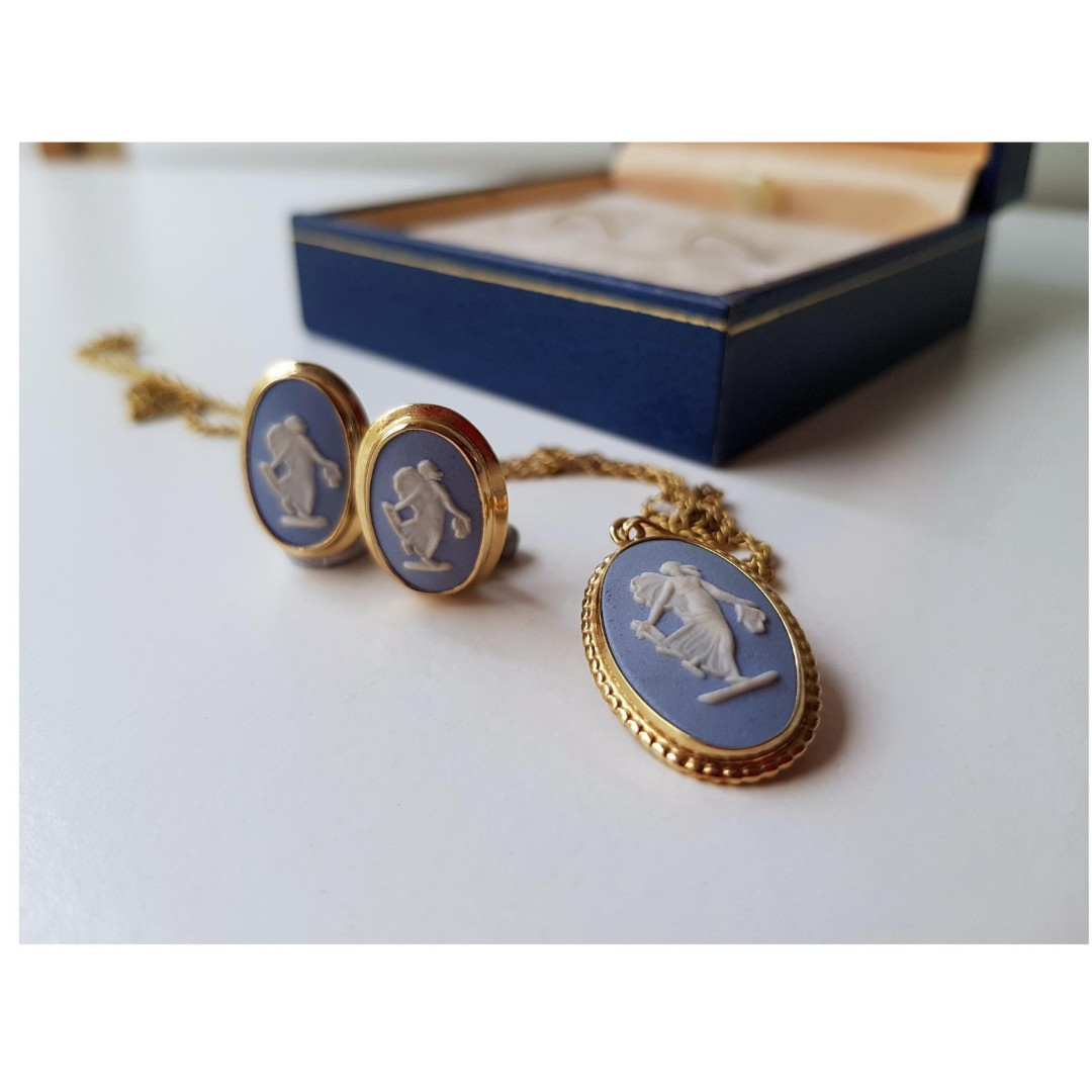 Authentic Wedgwood Heart Cameo Necklace with Snake Chain /& Charm Gold Plate