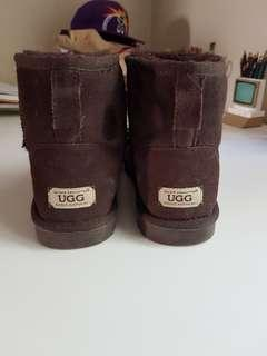 Unisex ugg slippers in brown. Size 9 men size 11 ladies