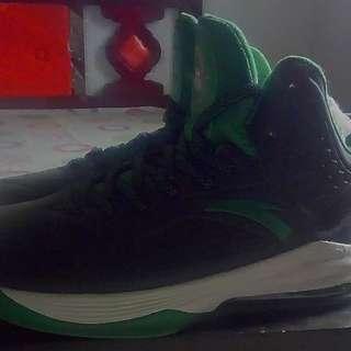 全新安踏籃球鞋,US10號,27.5公分,1000元。