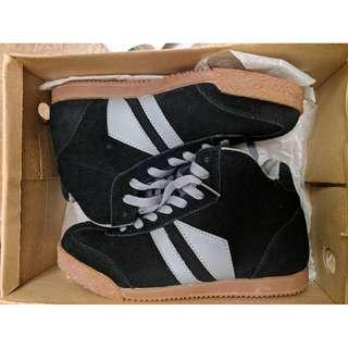 Size 6 Dunnit Black Hi-Top Sneakers