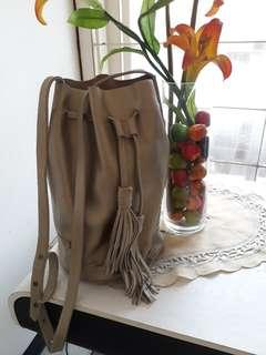 Bucket bag with tassel. size M. Kulit asli. warna elegan. kereeeeeen. gak bakal nyesel. T 30cm, dia 20cm. NO DEFECT