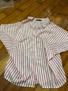🚚 條紋粉色襯衫,裡面再個小背心,小短褲,性感無敵。後面還有扣子可以讓腰身更凸顯喔