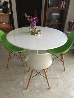 Dining chairs. 2 white & 2 green UE SQUARE RIVER VALLEY