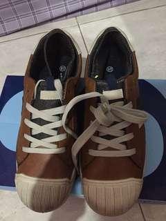 Sepatu anak merek sprox. Anak ga suka sama modenya. Deffect kotor aja d depannya bisa d cuci. Blm prnh dipakai sama sekali dan masih ada box