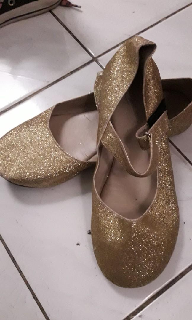 Sepatu pesta gold size 32