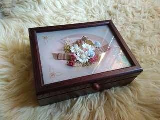 Jewelry box with wind up music