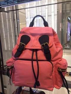 🚚 代購 全新 正品 Burberry 經典 rucksack 後背包 酒紅 深藍 粉橘 中號 蝴蝶結 格紋 Thomas 熊 吊飾 羊毛 圍巾