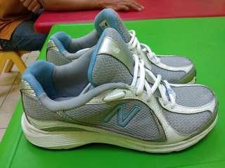 Sepatu running NB