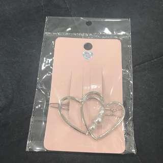 🚚 Silver Hearts Pearl Hair Clip